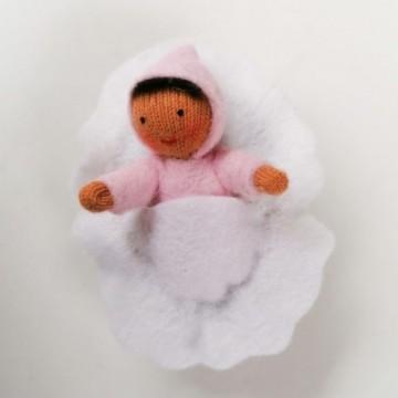 Bébé rose dans une noix-peau mate