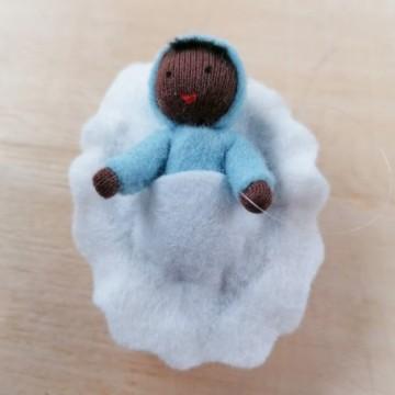 Bébé bleu dans une noix-peau noire
