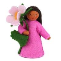 Eglantine, fleur à la main - peau mate