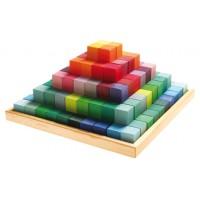 Grande pyramide de cubes colorés